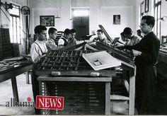 Allievi usano una macchina tipografica. Quando non c'erano ancora gli smartphone :-)   Questa foto fa parte dell'album Fotografie inedite di una scuola professionale nel 1940 a #Kavaja #Albania che potete visitare sulla pagina http://on.far.al/2teVy4T   Photo credit: Archivio Tagliarini - http://on.far.al/1WZy2Cv