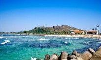 Đảo Lý Sơn được biết đến với những bãi biển cát trắng mịn, làn nước xanh màu ngọc bích cùng những rạn đá ngầm hợp cho những ai thích lặn biể...