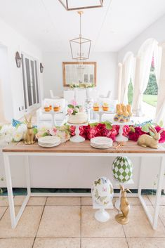 Frontgate outdoor furniture sets the backdrop for a beautiful Easter at home via The Fashionable Hostess Blog.