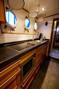 Ook de keuken aan boord is van alle benodigdheden en gemakken voorzien.
