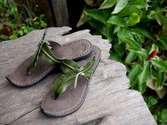 Algas balanceándose de sandalias de cuero!!!!!!  Un increíble par de sandalias que es cómodo y hermoso para mirar! Nuestros diseños exclusivos se basan en nuestro amor por la naturaleza y conservación, que les dan un aspecto terroso. Perfecto para sentirse conectado a tierra y conectado a sus raíces naturales. Tomamos nuestra inspiración de diferentes culturas asiáticas, mezcla ojo de Japón para el detalle y la artesanía con la naturaleza libre de Tailandia.  Nuestras sandalias de cuero de…