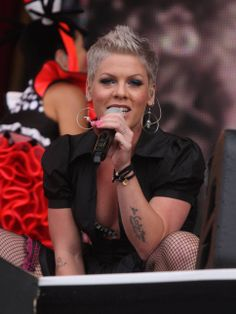 Pink Singer | Singer Pink nätstrumpbyxor live tatueringar armband foto | Posh24.se
