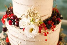 Tarta de boda naked cake de calabaza, frutas y flores | Nuts & Delights – Pastelería artesanal en Valencia