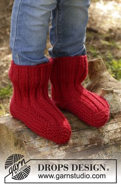 Tomato Jam slippers for kids by DROPS Design. Free knitting pattern