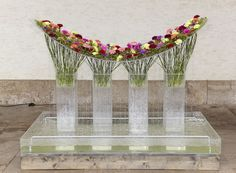 Inverted arc with carnations ~ Birgit Farwick - Goldene Rose 2010 | FDF - Fachverband Deutscher Floristen e.V. Bundesverband: Foto-Galerie