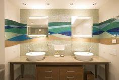 verspielte horizontale Streife aus Mosaik Fliesen Bath Shower Combination, Bathroom Trends, Modern Sofa, Tiles, Sink, Room Decor, Interior, House, Spiegel Gold