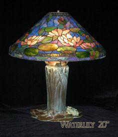 Las flores acuáticas o nenúfares son el motivo de la pantalla. (Reproducción de la lámpara Tiffany original, realizada en el atelier de Radmila Jerbic Waldteufel)