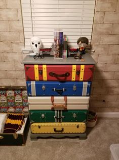 Harry Potter dresser, so awesome! Harry Potter Kawaii, Décoration Harry Potter, Harry Potter Nursery, Harry Potter Tumblr, Harry Potter Birthday, Harry Potter Suitcase, Harry Potter Wallpaper Phone, Harry Potter Enfants, Harry Potter Bricolage