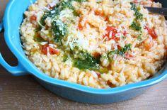 Een zalige, basic tomatenrisotto die extra bijzonder wordt door de toevoeging van zelfgemaakte basilicumolie. Bekijk hier het recept.