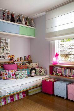 Sabe aquele quarto descolado, lotado de bonecas, marcenaria planejadíssima feita sob medida e cor por toda parte? Bem-vindo à home sweet home de MANUELA.  Fotos: André Nazareth