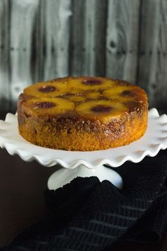 Pineapple Upside-Down Cake. Beautiful and moist Pineapple Upside-Down Cake - With Video Holiday Desserts, Fun Desserts, Dessert Recipes, Awesome Desserts, Lemon Thyme Chicken, Flat Cakes, Pineapple Upside Down Cake, Best Cake Recipes, Cakes And More