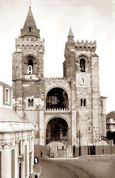 A Sé de Lisboa, ou Igreja de Santa Maria Maior, localiza-se na capital de Portugal.   Actualmente é a sede do Patriarcado de Lisboa e da P... Old Pictures, Old Photos, Vintage Photos, Religious Architecture, Photography Tours, Romanesque, Great Places, City Photo, City Photography