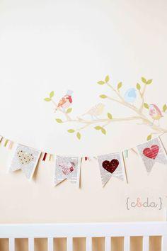 Guirnaldas con hojas de libros y corazones troquelados