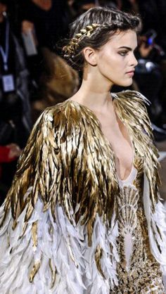 Find tips and tricks, amazing ideas for Haute couture. Discover and try out new things about Haute couture site Haute Couture Paris, Spring Couture, Haute Couture Fashion, Couture Week, Couture Mode, Abaya Fashion, Runway Fashion, Fashion Outfits, Gold Fashion
