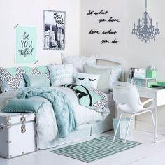 chambre d'ado pour fille décorée en blanc, vert sauge et gris perle
