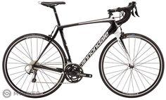 Karbónový rám s vytrvalostnou geometriou, SAVE Plus pruženie, Shimano Tiagra 2x11 rýchlostí pre kondičných jazdcov, pretekárov a vytrvalcov.    Cannondale SynapseCarbon je cestný bicykel s karbónovým BallisTec rámom. Tobicyklu dodáva tuhosť a pevnosť. Geometria rámu je navrhnutá pre dlhé a pohodlné vytrvalostné jazdenie. Synpase patrí medzi najvšestranejšie cestné bicykle. Je to zmes surovej sily a komfortu. Synapse Carbon Tiagra je osadený prepracovanou sadou Shimano Tiagra, ktorá si…