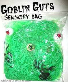 Halloween Sensory Bags Goblin Sensory Bag: zip-lock bag cooked pasta green food coloring eye balls, spiders, snakes (anything you think will make good goblin guts) Clear hair gel clear packaging tape Halloween Bebes, Theme Halloween, Happy Halloween, Fall Halloween, Halloween Foods, Halloween Tricks, Halloween Halloween, Homemade Halloween, Sensory Activities