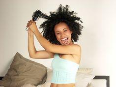 Il existe un tas de petites gestes simples à effectuer et qui permettent de mieux respecter vos cheveux bouclés, frisés ou crépus. En voici 6.
