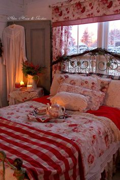 Cozy Christmas morning tea in bed Red Bedrooms, Country Bedrooms, Shabby Chic Bedrooms, White Bedroom, Bedroom Vintage, Floral Bedroom, Shabby Chic Homes, House Gardens, Cottage Living