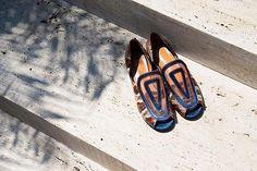 Bruna Botti (@bottisaopaulo) estreia na @udesign com coleção de sapatos numerados e feitos à mão! Avessa à tendências e coleções temáticas a paulistana explora ainda a mistura de textura como couro de tilápia camurça e telas para chegar num resultado único e atemporal. Não acredito no consumo desenfreado prefiro criações de vida mais longa a designer fala sobre as mules mocassim e anabelas que revisita em proposta totalmente nova. São sete pares de sapatos desenhados para agradar diferentes…