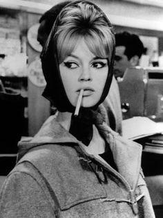 """ブリジット・バルドー(Brigitte Bardot)""""脱いだら薄着""""感を彷彿させるインナーづかい  1960年の作品『真実』でのバルドー。ダッフルコートからチラッと見えるラウンドニットで、脱いだら薄着!ということを襟もとだけでさり気なく感じさせる――これこそ、色香の決め手。シュッと太目に描かれたアイラインもトレードマーク。"""
