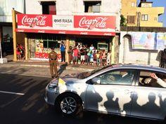 El Papa pasando rápidamente por las calles de Colombo.