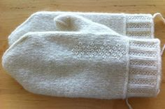 Man´s size mittens in twined knitting featuring decorations in crook stitch. Using crook stitch is very rewarding with white yarn since th. Knitted Mittens Pattern, Crochet Gloves, Knit Mittens, Knit Or Crochet, Knitted Hats, Cable Knitting, Knitting Stitches, Knitting Socks, Hand Knitting