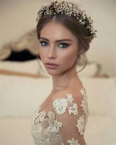 Our 8 Favorite 2018 Winter Wedding Trends - Floral Crowns Our 8 Favorite 2018 Winter Wedding Trends - Floral Crowns Beautiful Bridal Makeup, Bridal Makeup Looks, Wedding Hair And Makeup, Bridal Make Up, Wedding Make Up, Dream Wedding, Wedding Girl, Bridal Hair Updo, Bridal Tiara