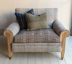 "222 gilla-markeringar, 4 kommentarer - Howe London (@howelondon) på Instagram: ""St Bernard Armchair, big enough for two #madebyhowe #craftsmanship #madetoorder #armchair"" Shabby Chic Sofa, Deep Seated Sofa, Stylish Sofa, Fabric Armchairs, Interior Furniture, Shabby Chic Armchair, Retro Sofa, Retro Armchair, Cool Chairs"