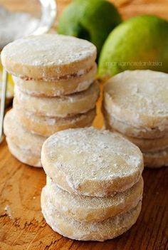 I lemon meltaways sono dei biscotti al limone che non prevedono uova nell'impasto. Profumatissimi, si sciolgono in bocca. Non vi resta che provare.