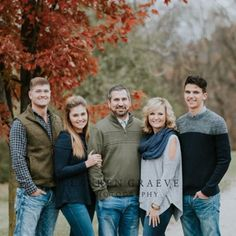 Discover recipes, home ideas, style inspiration and other ideas to try. Fall Family Picture Outfits, Family Portrait Outfits, Family Portrait Poses, Family Picture Poses, Family Posing, Child Portraits, Beach Portraits, Portrait Ideas, Outdoor Family Portraits