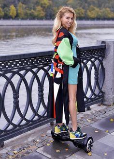 Пальто Vika Smolyanitskaya, платье Ariababybutik, гироскутер HIPER ES