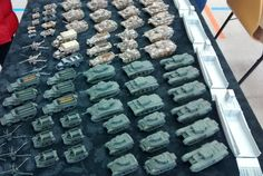 Der Fuhrpark für die beiden Spieler. Churchill und Sherman Firefly sowie Cromwell zur Infanterie-Unterstützung sind dabei. Aufklärungspanzer Stuart, M3 Halbketten und Bren-Carrier für den motorisierten Infanterie-Transport und mehrere 57mm-Paks britischer Herkunft. Die deutsche Seite wartet mit Panzer VI Tiger, Panzer V Panther und mehreren Panzer III und Panzer IV sowie StuG III auf. Der Mannschaftstransport greift hier auf Opel Blitz, Sd.Kfz. 251 sowie Kübelwagen und Schwimmwagen zurück…