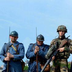 #puzzleAdT (1/6)  Soldats d'hier et d'aujourd'hui réunis à Verdun  #armeedeterre #armeefrancaise #frencharmy #défense #defence #armee #army #instarmee #instarmy #devoirdemémoire #1GM #fantassin #Poilus