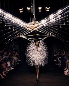 LOOK 17 - Syntopia - Iris Van Herpen - Couture Weird Fashion, Fashion Art, Runway Fashion, Fashion Show, Womens Fashion, Fashion Design, Fashion Details, Conceptual Fashion, Iris Van Herpen