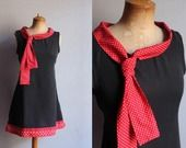 Tunique noire col cravate rouge à pois blancs : Robe par louise-et-valentin