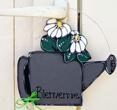 Watering can door hanger with white flowers - wooden painted sign de la boutique LULdesign sur Etsy