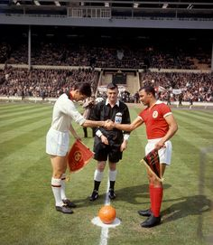 Cesare Maldini, centre-half and captain (left) of #ACMilan exchanges pennants with Mario Coluna, captain of Benfica before the kick-off of the European Cup Final. AC Milan beat the Portugese holders 2-1 at Wembley in London and won the first European Cup in the history of the club.