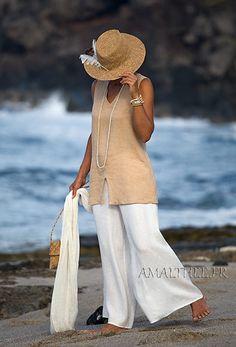 Lino traje de ropa de verano: top beige y pantalón llamaradas blancas