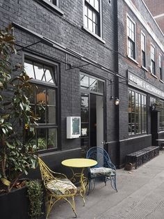 Love the dark painted bricks and beautiful big windows at our favourite Clerkenwell brunch spot, Bourne & Hollingsworth.
