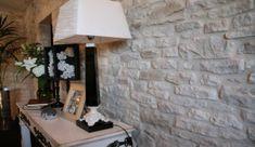 Pierres de parement mural : pour donner du caractère à son intérieur - M6 Deco.fr Facade, Architecture, Design, Home Decor, Recherche Google, Coaching, Construction, Interiors, Image