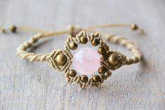 Estas pulseras de macramé boho son cuentas con una gran variedad de perlas y piedras preciosas. Las pulseras son todo ajustables, con un control deslizante cierre del nudo o ligada al ajuste deseado. Si tienes alguna duda acerca de los tamaños entonces no vacile por favor pedir.  Las pulseras en la foto son:  Opción 1 - jaspe de lujo (luz verde-azul) Opción 2 - cuarzo rosa (piedra color de rosa) Opción 3 - corindón Rubí (piedra roja)   Estos son todos personalizables así que si ves algo que…