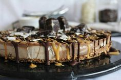 Raw Chocolate Chunk Cheesecake with Peanut Butter and Coconut. Especially for people on the raw food diet, why not try this vegan cheesecake. Raw Vegan Desserts, Vegan Dessert Recipes, Vegan Treats, Raw Food Recipes, Vegan Raw, Vegan Food, Vegan Vegetarian, Yummy Recipes, Dairy Free Cheesecake