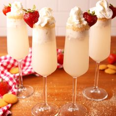 Strawberry Shortcake Mimosas When plain ol' orange juice just won't cut it. Strawberry Shortcake Mimosas are the best way to Dessert Oreo, Dessert Drinks, Party Drinks, Fun Drinks, Beverages, Alcoholic Ice Cream Drinks, Party Shots, Brunch Recipes, Cocktail Recipes