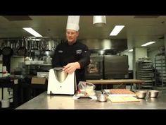 Heinrich Meesen du George V dévoile ce qu'il prépare pour le #soupergastronomique du 24 mai 2013 de la Croix-Rouge. Pour acheter un billet : http://soupercxrougeqc.eventbrite.ca/