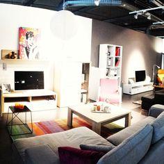 FR: Salon coloré. Appartement aménagé pour jeune adulte avec un petit budget. EN: Colorful lounge. Apartment suitable for a young adult with a small budget.  #visualmerchandising #livingroom #TV #colorful #colorfulloung #loung #audreyhepburn #fixtures #lights #interior #interiordesign #polydesigner #polydesigner3D #decoration #Micasa #Migros #Geneva #Swiss by nathalie_polydesigner