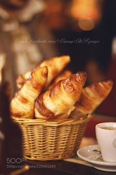 Le croissant. - Pinned by Mak Khalaf Typical french breakfast. Freshly baked and ready to be enjoyed! The scent of this sweet is perceived by turning the streets of Paris. Food breakfastcroissantdeliciousfoodfoodpornfrancemorningparisyummy by mlbinphoto