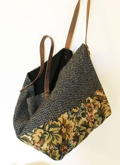 mesh tote in wool tapestry  Lined with pocket   H 45 cm L 55 cm handles attached by rivets (belt recycling)