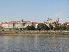 Widok na Stare Miasto w Warszawie z nurtu rzeki Wisły.