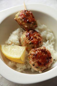 On continue avec une nouvelle brochette yakitori. Je ne peux que vous encourager à hâcher la viande au lieu de la mixer, la boulette en sera bien plus moelleuse ! Boulettes de poulet au vert de poi...